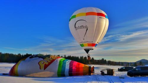 Winterlicher Ballonstart im Allgäu