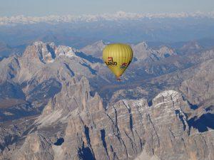 Heißluftballon über den Dolomiten