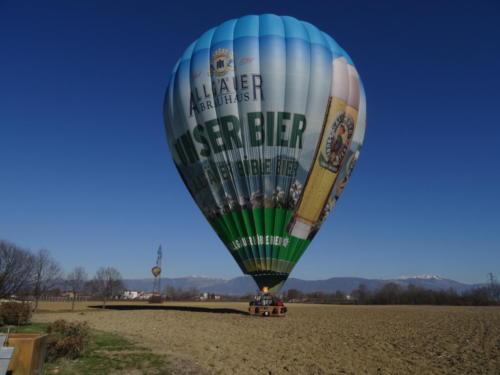 Landung Heißluftballon nach der Alpenüberquerung